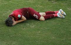 Lateral de Portugal Fabio Coentrão na partida contra a Alemanha. 16/06/2014 REUTERS/Fabrizio Bensch
