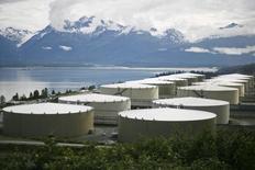Хранилища нефти в Вальдесе, Аляска 8 августа 2008 года.  Запасы нефти в США снизились за неделю, завершившуюся 13 июня, на 5,7 миллиона баррелей до 378,2 миллиона баррелей, сообщил Американский институт нефти (API). REUTERS/Lucas Jackson