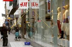 Hennes & Mauritz publie un bénéfice imposable de 7,6 milliards de couronnes suédoises (845 millions d'euros) au deuxième trimestre, un chiffre conforme aux attentes. /Photo prise le 2 mai 2013/REUTERS/Arnd Wiegmann