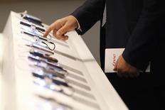 L'Arcep estime que les prix dans la téléphonie mobile en France pourraient se stabiliser entre la fin de cette année et le début de l'année prochaine après avoir fortement baissé dans la foulée de l'arrivée de Free (Iliad) sur ce marché. /Photo d'archives/REUTERS/Gonzalo Fuentes