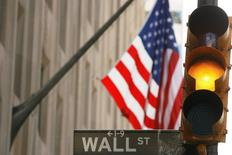 Wall Street a entamé la séance de mercredi sur une note prudente dans l'attente des décisions de politique monétaire de la Réserve fédérale. L'indice Dow Jones perdait 0,03% à l'ouverture, le Standard & Poor's 500 progressant de 0,01% et le Nasdaq Composite prenant 0,08%. /Photo d'archives/REUTERS/Lucas Jackson