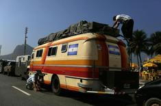 Torcedores argentinos acampados na praia de Copacabana. 17/06/2014 REUTERS/Pilar Olivares