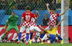 Fred sofre pênalti em partida contra a Croácia. 12/06/2014 REUTERS/Damir Sagolj