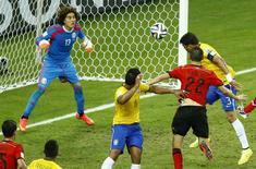 Zagueiro brasileiro Thiago Silva cabeceia em jogo contra o México, que terminou 0 x 0.  REUTERS/Mike Blake