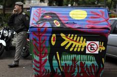 Un contenedor de basura pintado en una calle de Porto Alegre, jun 16 2014. La ciudad brasileña de Belo Horizonte no tendrá la exótica jungla amazónica o extensas playas para entretener a los hinchas entre los partidos, pero tiene a sus propios basureros cantantes. REUTERS/Marko Djurica