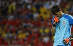 Вратарь сборной Испании Икер Касильяс во время матча против Чили в Рио-де-Жанейро 18 июня 2014 года. Действующие чемпионы мира - сборная Испания потерпела в среду второе подряд поражение на мировом первенстве и досрочно потеряла все шансы на выход в 1/8 финала. REUTERS/Pilar Olivares