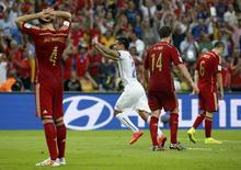 Chile's Charles Aranguiz (C) celebrates scoring a goal during their 2014 World Cup Group B soccer match against Spain at the Maracana stadium in Rio de Janeiro June 18, 2014. REUTERS/Jorge Silva