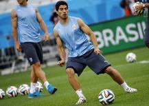 O jogador uruguaio Luis Suarez participa de treino antes da partida contra a Inglaterra em São Paulo. 18/6/2014.  REUTERS/Damir Sagolj