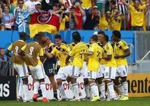Jogadores da Colômbia comemoram gol em partida contra Costa do Marfim no estádio Mané Garrincha, em Brasília. 19/6/2014 REUTERS/Eddie Keogh