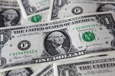 Доллары США, Варшава, 8 августа 2011 года. Доллар вырос в пятницу, но все же эта неделя будет для него худшей с начала мая по отношению к корзине валют в результате неожиданно мягкого прогноза, сделанного ФРС. REUTERS/Kacper Pempel