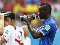 Atacante Mario Balotelli, da Itália, bebe água durante partida contra a Costa Rica em Recife. 20/06/2014. REUTERS/Dominic Ebenbichler