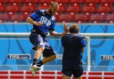 Daniele De Rossi, da seleção italiana, pula durante treino em Recife. 19/06/2014.    REUTERS/Brian Snyder