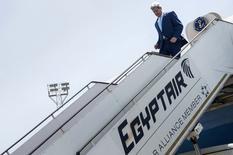 El secretario de Estado estadounidense, John Kerry, desembarca a su llegada al aeropuerto internacional de El Cairo. 22 de junio 2014. REUTERS/Brendan Smialowski/Pool. El secretario de Estado estadounidense, John Kerry, discutirá con los países del Golfo Pérsico la próxima semana posibles interrupciones de petróleo a raíz del conflicto en Irak, dijo el domingo un alto funcionario del Departamento de Estado.