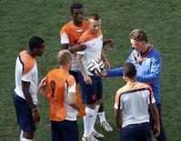Técnico Van Gaal comanda treino da Holanda na Arena Corinthians.   REUTERS/Paulo Whitaker