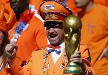 Фанаты сборной Нидерландов на матче чемпионата мира против Австралии в Порту-Алегри 18 июня 2014 года. Сборная Нидерландов сыграет в понедельник с Чили в матче группы B чемпионата мира по футболу в Сан-Паулу. REUTERS/Edgard Garrido