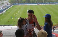 Robin van Persie, da seleção holandesa, carrega filha no colo depois de treino no Rio de Janeiro. 19/06/2014. REUTERS/Ricardo Moraes