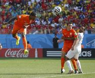 Jogador holandês Leroy Fer (esquerda) marca gol de cabeça contra Chile, na Arena Corinthians, em São Paulo. 23/6/2014  REUTERS/Maxim Shemetov