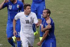 Chiellini reclama de ter sido mordido por Suárez durante partida contra o Uruguai em Natal. 24/06/2014. REUTERS/Carlos Barria