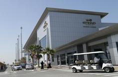 Etihad Airways, compagnie aérienne publique basée à Abou Dhabi, a convenu des principaux termes et conditions d'un rachat d'une participation de 49% dans Alitalia, le transporteur italien en grande difficulté. /Photo prise le 3 mars 2014/REUTERS