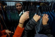 Gente comprando en H&M en el Día de Gracias en Nueva York, 28 de noviembre de 2013. La economía de Estados Unidos se contrajo en el primer trimestre mucho más de lo que se había calculado anteriormente, pero existen indicios de que la expansión ha repuntado con fuerza desde entonces. REUTERS/Eric Thayer