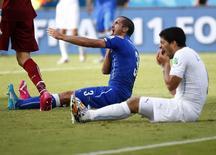 Luis Suárez, da seleção do Uruguai, e Giorgio Chiellini, da Itália, durante partida entre as duas seleções em Natal. REUTERS/Tony Gentile