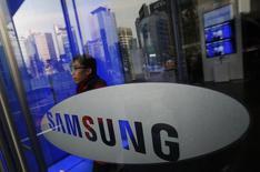 """En la imagen, un hombre pasea cerca de la sede de Samsung en Seúl, el 6 de enero de 2014. Samsung Electronics Co Ltd calcula que sus ganancias del segundo trimestre """"no serán tan buenas"""", dijo el miércoles un alto ejecutivo de la empresa, en un contexto de preocupación por la debilidad de las ventas de su división de teléfonos inteligentes. REUTERS/Kim Hong-Ji/Files"""