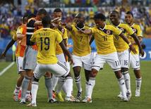 Colombianos comemoram gol contra o Japão.    REUTERS/Jorge Silva