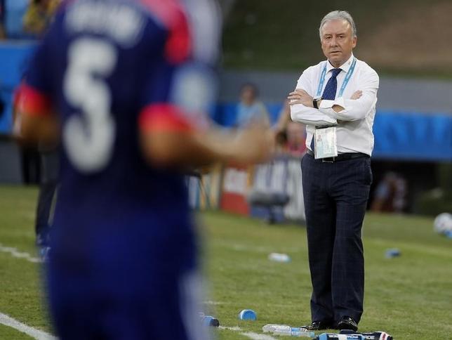 6月25日、サッカーの2014年W杯ブラジル大会の1次リーグで敗退した日本代表のアルベルト・ザッケローニ監督(右)は辞任の意志を表明した。クイアバで24日撮影(2014年 ロイター/Eric Gaillard)