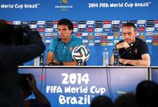 Pepe concede entrevista em Brasília ao lado do técnico de Portugal, Paulo Bento.   REUTERS/David Gray