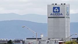 Le géant américain de l'aluminium Alcoa a annoncé jeudi le rachat de l'équipementier aéronautique Firth Rixson au fonds de capital-investissement Oak Hill Capital Partners pour 2,85 milliards de dollars (2,1 milliards d'euros) en numéraire et en actions. /Photo prise le 8 avril 2014/REUTERS/Wade Payne