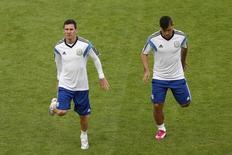 Jogadores argentino Lionel Messi e Sergio Aguero fazem aquecimento durante treino em Porto Alegre. 24/6/2014 REUTERS/Edgard Garrido