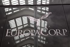 L'action EuropaCorp chute lourdement vendredi midi à la Bourse de Paris après des résultats annuels jugés décevants dans le cadre desquels les commissaires aux comptes (CAC) ont émis une réserve en raison d'une divergence d'analyse sur le calendrier d'un accord avec la Fox. /Photo d'archives/REUTERS/Charles Platiau