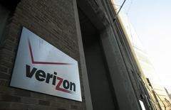 Verizon est à suivre sur les marchés américains. Le gouvernement allemand a annulé un contrat avec le numéro un américain des télécoms dans le cadre d'une vaste révision de ses communications internes à la suite des révélations d'Edward Snowden l'an dernier sur les écoutes de la National Security Agency (NSA). /Photo d'archives/REUTERS/Eric Thayer