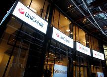 La banque italienne UniCredit a signé un accord avec les syndicats pour la suppression de 2.400 emplois, a annoncé le principal syndicat du secteur bancaire, Fabi, ce qui représente une première tranche des réductions d'effectifs prévues dans le cadre de son plan de restructuration 2013-2018. /Photo d'archives/REUTERS/Alessandro Garofalo