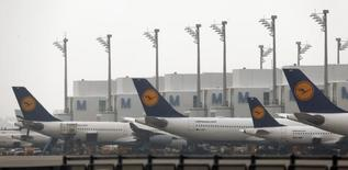 Самолеты авиакомпании Lufthansa в аэропорту Мюнхена  25 января 2013 года. Немецкий авиаперевозчик Lufthansa рассматривает возможность создания бюджетной компании для дальних рейсов, сообщило издание Handelsblatt со ссылкой на высокопоставленного менеджера компании. REUTERS/Michael Dalder