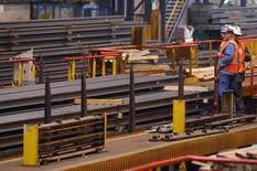 L'activité dans le secteur manufacturier en France s'est contractée à 48,2 en juin à son rythme le plus fort depuis six mois, selon les résultats définitifs de l'enquête mensuelle auprès des directeurs d'achat publiés mardi par Markit. /Photo d'archives/ REUTERS/Vincent Kessler