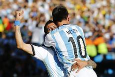 Di Maria comemora gol da Argentina com Messi . REUTERS/Ivan Alvarado