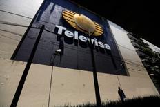 Un hombre camina junto al logo de la cadena de televisión Televisa en sus instalaciones en San Angel en Ciudad de México. 29 abril, 2014. REUTERS/Tomas Bravo