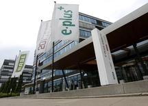 La Commission européenne a autorisé sous conditions le rachat d'E-Plus, filiale allemande de KPN, par Telefonica pour 8,6 milliards d'euros. /Photo prise le 24 juillet 2013/REUTERS/Wolfgang Rattay