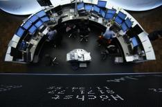Les Bourses européennes sont orientées mercredi à la hausse à la mi-séance, hormis la place de Paris, dans la foulée des marchés américains et asiatiques. À Paris, le CAC 40, plombé par le secteur des télécoms, abandonne 0,05% à 4.458,67 points vers 11h00 GMT. Francfort avance de 0,17% et Londres prend 0,29%. L'indice EuroStoxx 50 progresse de 0,02%. /Photo d'archives/REUTERS/Lisi Niesner