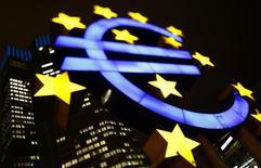 Logo iluminado del euro es visto en el Banco Central Europeo en Fráncfort, 8 de enero de 2013.  El descenso de los costes energéticos provocó una caída en los precios mayoristas de la zona euro en mayo, marcando el quinto retroceso mensual consecutivo y poniendo de manifiesto la baja inflación que afecta a los países del bloque. REUTERS/Kai Pfaffenbach