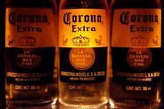 Botellas de cerveza Corona, la marca del grupo Modelo, son vistas en Ciudad de México, 14 de febrero de 2013.  La compañía de bebidas alcohólicas Constellation Brands reportó ingresos y ganancias trimestrales mejores a lo esperado, debido a que sus campañas publicitarias impulsaron las ventas de sus cervezas Corona y Modelo en el verano boreal. REUTERS/Edgard Garrido