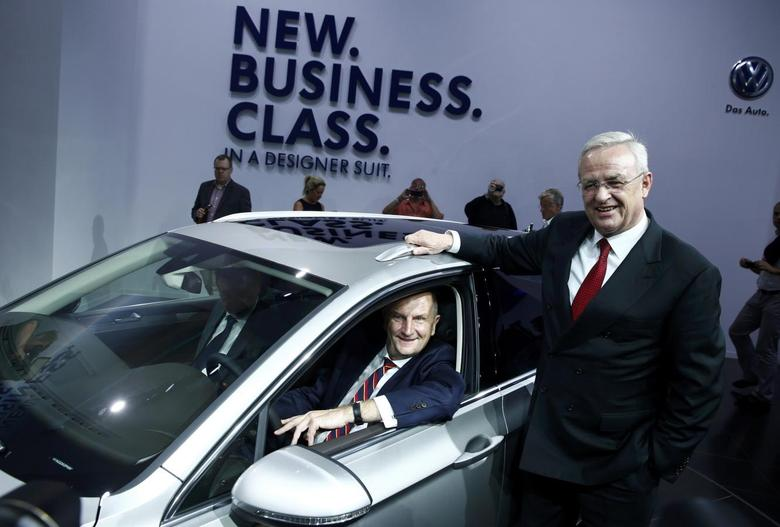 Volkswagen Group CEO Martin Winterkorn (R) and Brandenburg state premier Dietmar Woidke (L) smile during the launch of the new Volkswagen Passat in Potsdam July 3, 2014.   REUTERS/Thomas Peter