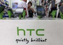 Le titre du fabricant taïwanais de smartphones HTC a progressé vendredi en Bourse au lendemain de l'annonce d'un bénéfice net trimestriel légèrement supérieur aux attentes et en hausse de 80% sur un an, le plan de redressement du groupe ayant commencé à enrayer la baisse des ventes. /Photo d'archives/REUTERS/Pichi Chuang