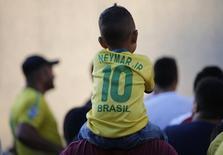 Болельщики сборной Бразилии у стадиона в Форталезе 3 июля 2014 года. Сборные Бразилии и Колумбии сыграют в ночь на субботу в четвертьфинале чемпионата мира. REUTERS/Leonhard Foeger