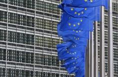 La Comisión Europea instó a los países a que pidan que los anuncios de juegos de apuestas online muestren mensajes como en los paquetes de cigarrillos, según un borrador de un documento visto por Reuters. En la imagen, banderas de la Unión Europea en la sede de la Comisión, el 22 de enero de 2014. REUTERS/Yves Herman