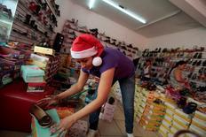 Una empleada de una tienda de zapatos es vista con un gorro de Santa Claus en la ciudad de Hidalgo, en la región de Chiapas, 5 de diciembre de 2013. La confianza del consumidor mexicano trepó en junio a su mejor nivel en ocho meses, apoyada en una mejor percepción de la población en sus posibilidades de adquirir bienes, mostraron el viernes cifras oficiales. REUTERS/Jorge Dan Lopez