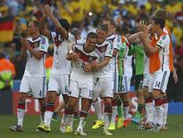 Philipp Lahm (16) comemora vitória sobre a França no Maracanã.  4/7/2014. REUTERS/Eddie Keogh
