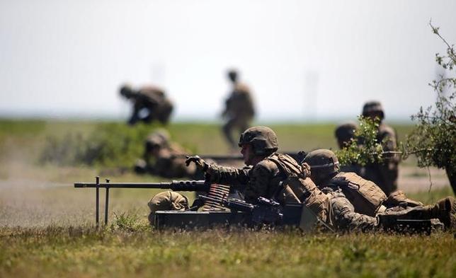 7月2日、過去10年以上にわたって戦争を行っている米国には、疲れの色がにじみ始めていると懸念する声も出ている。 写真はルーマニアで演習に参加する米軍兵士。5月撮影(2014年 ロイター/Bogdan Cristel)