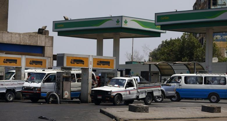 A microbus waits with other vehicles for fuel at a petrol station in Cairo July 6, 2014. REUTERS/Amr Abdallah Dalsh
